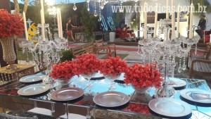 Mesa-decorada-flores-vermelhas-tudodicas